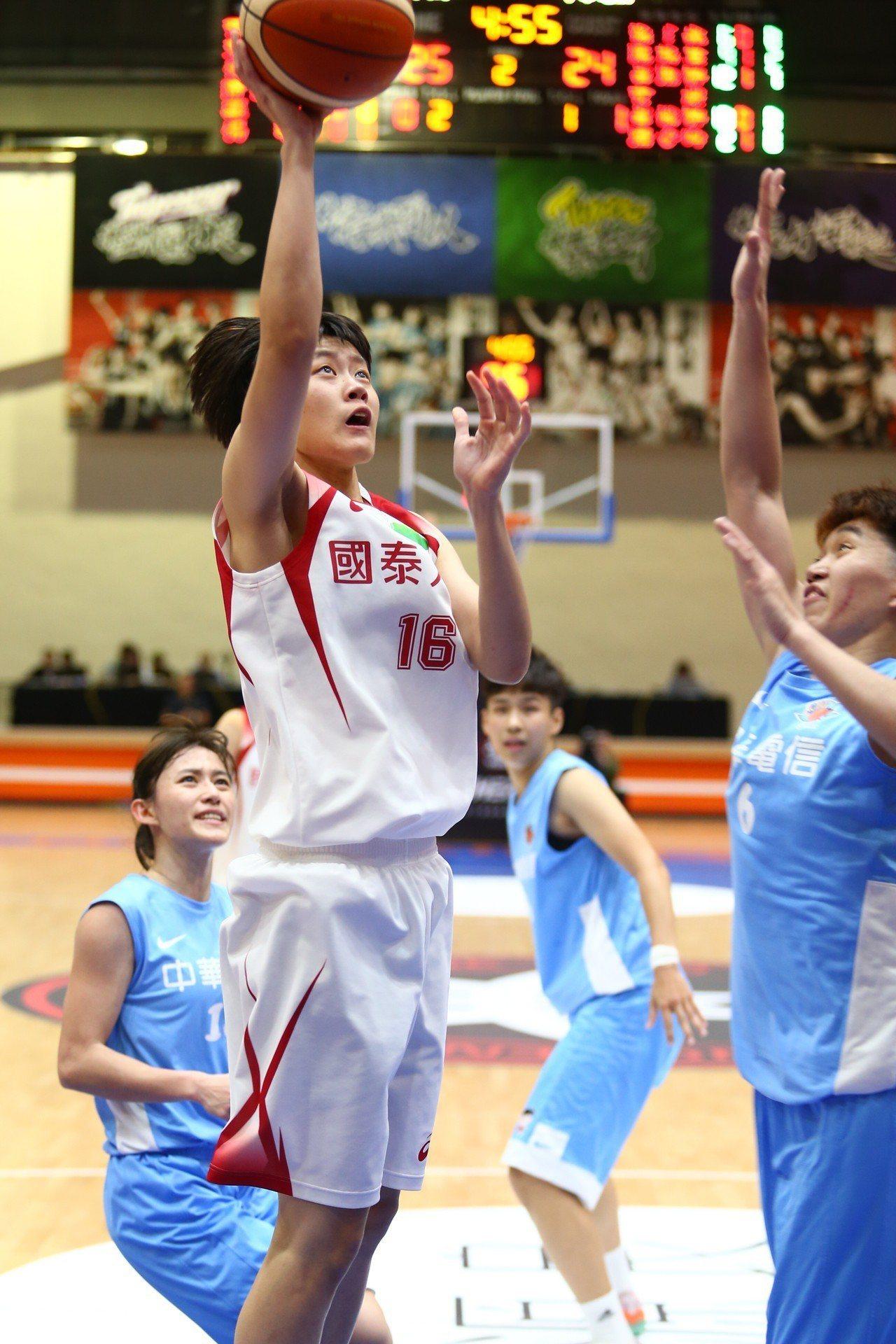 國泰菜鳥陳薇安(左)籃下取分。記者王騰毅/攝影