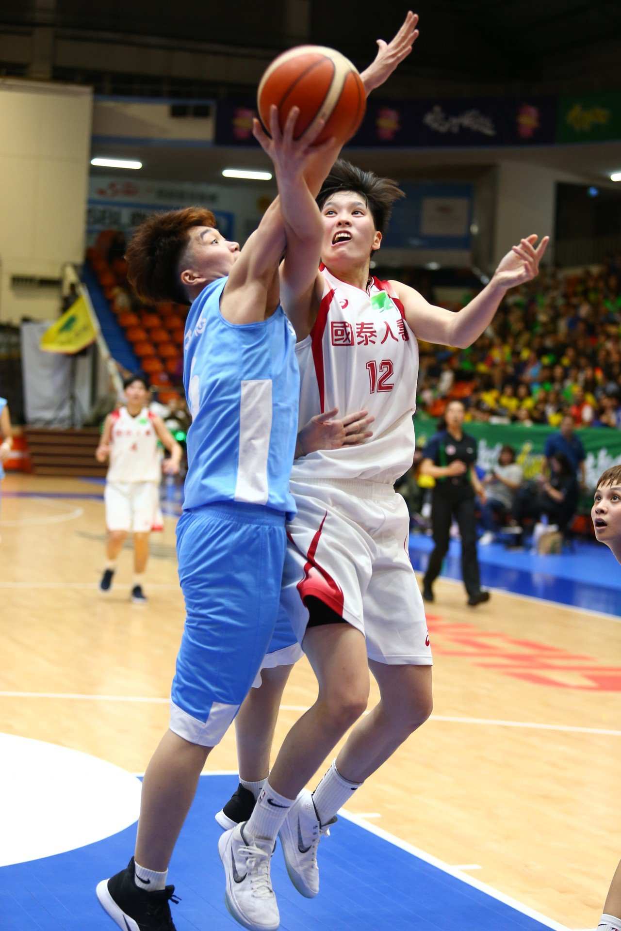 林育庭(右)上半場就轟下13分,助國泰取得兩位數領先。記者王騰毅/攝影