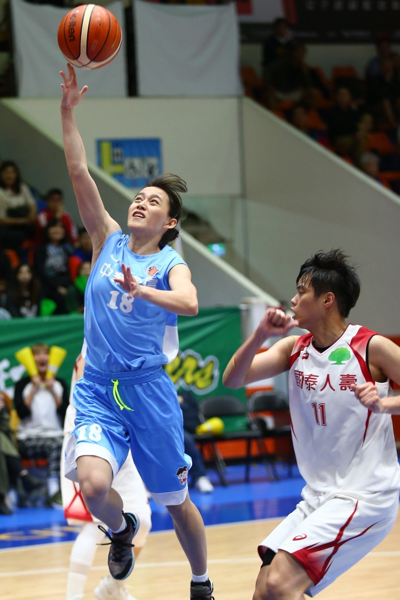 電信後衛黃郁婷(左)切入上籃。記者王騰毅/攝影