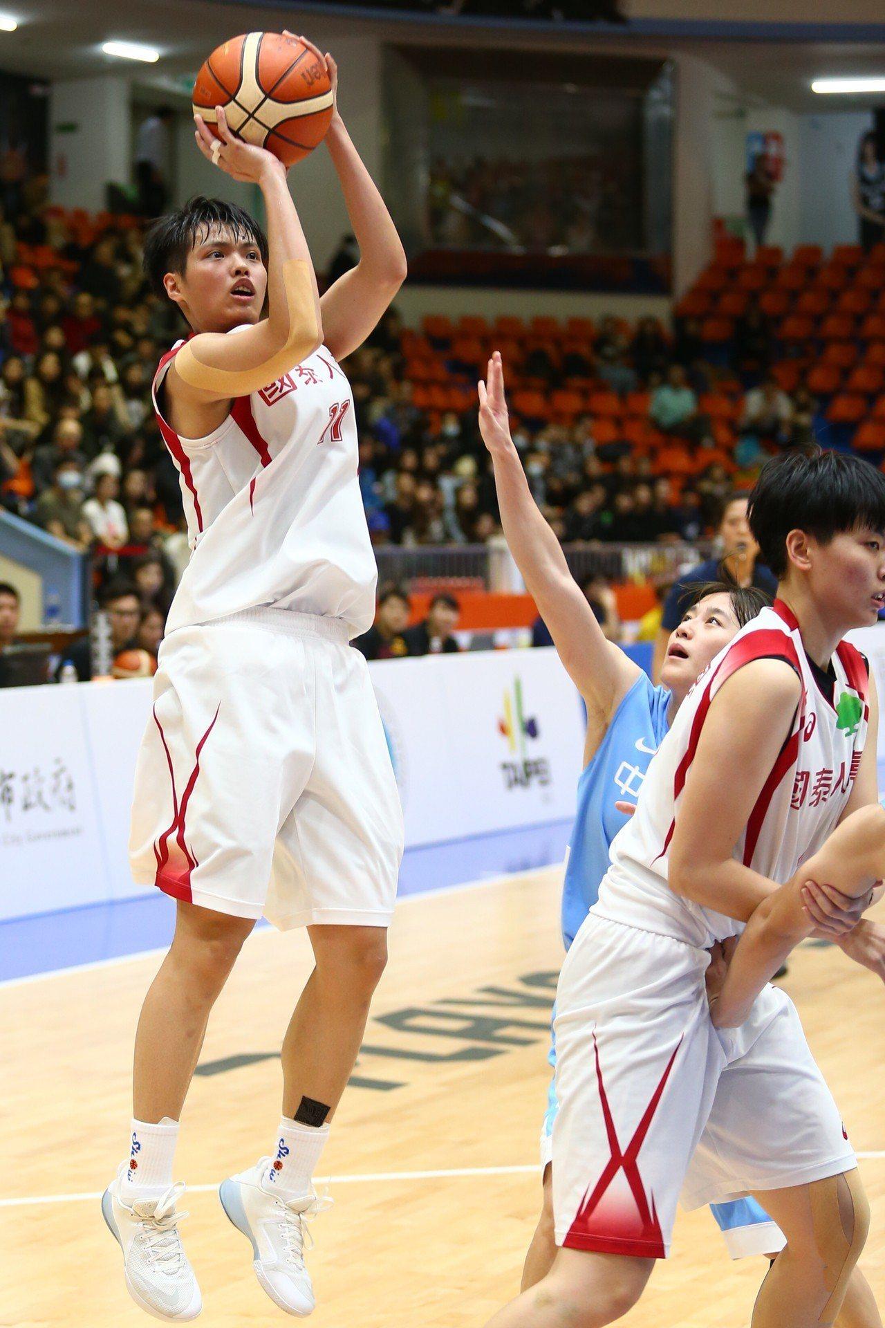 鄭伊秀(左)上半場贊助8分,助國泰取得兩位數領先。記者王騰毅/攝影