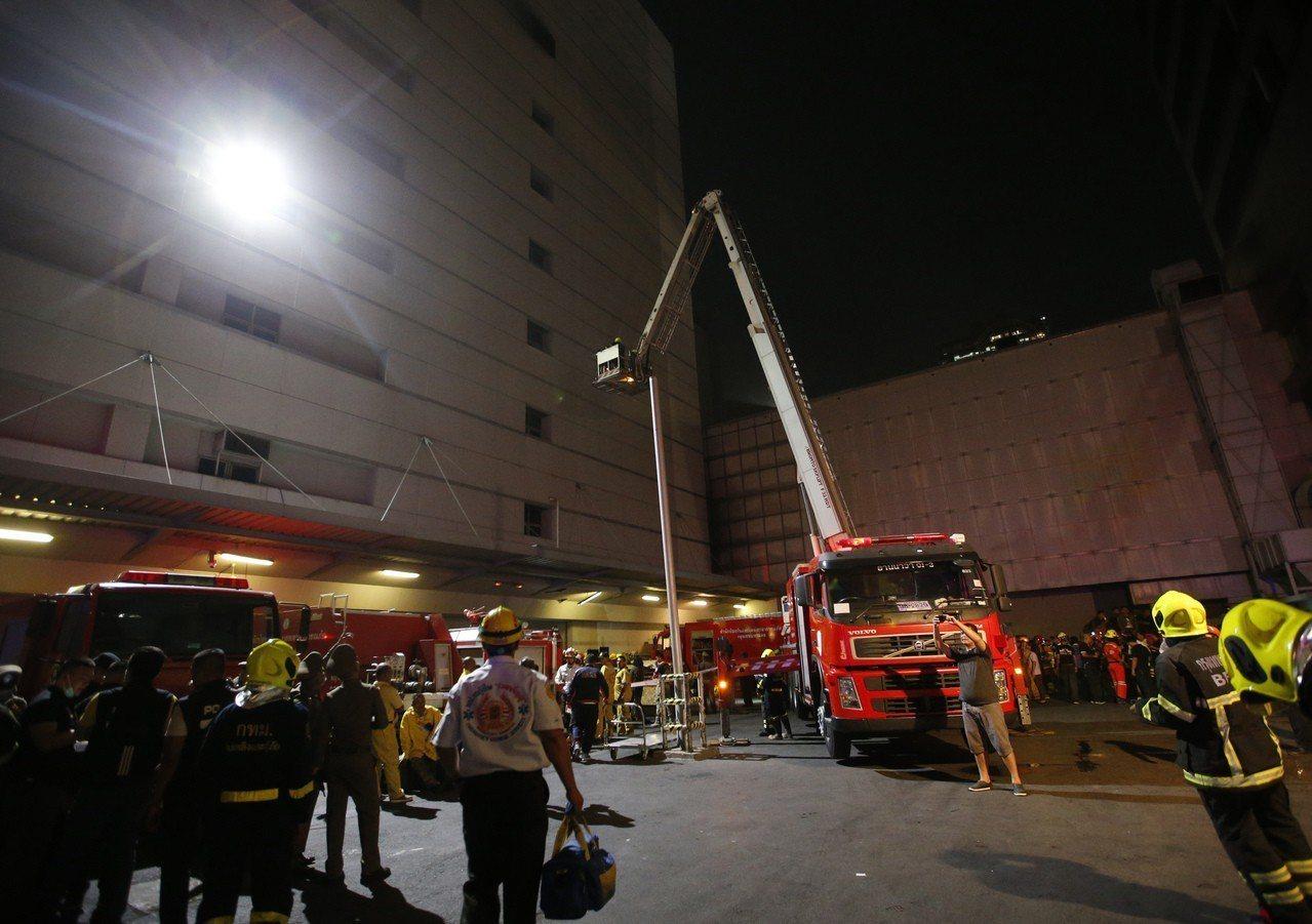 曼谷當局出動消防雲梯車救援。(美聯社)
