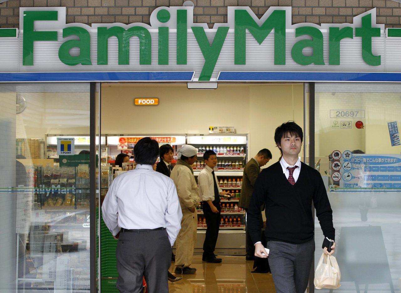 日經新聞報導,日本的全家便利商店最快6月實施部分地區門市在周日夜間不營業。路透