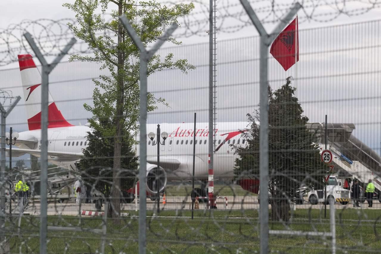 阿爾巴尼亞機場遭到搶匪闖入的空中巴士客機。法新社