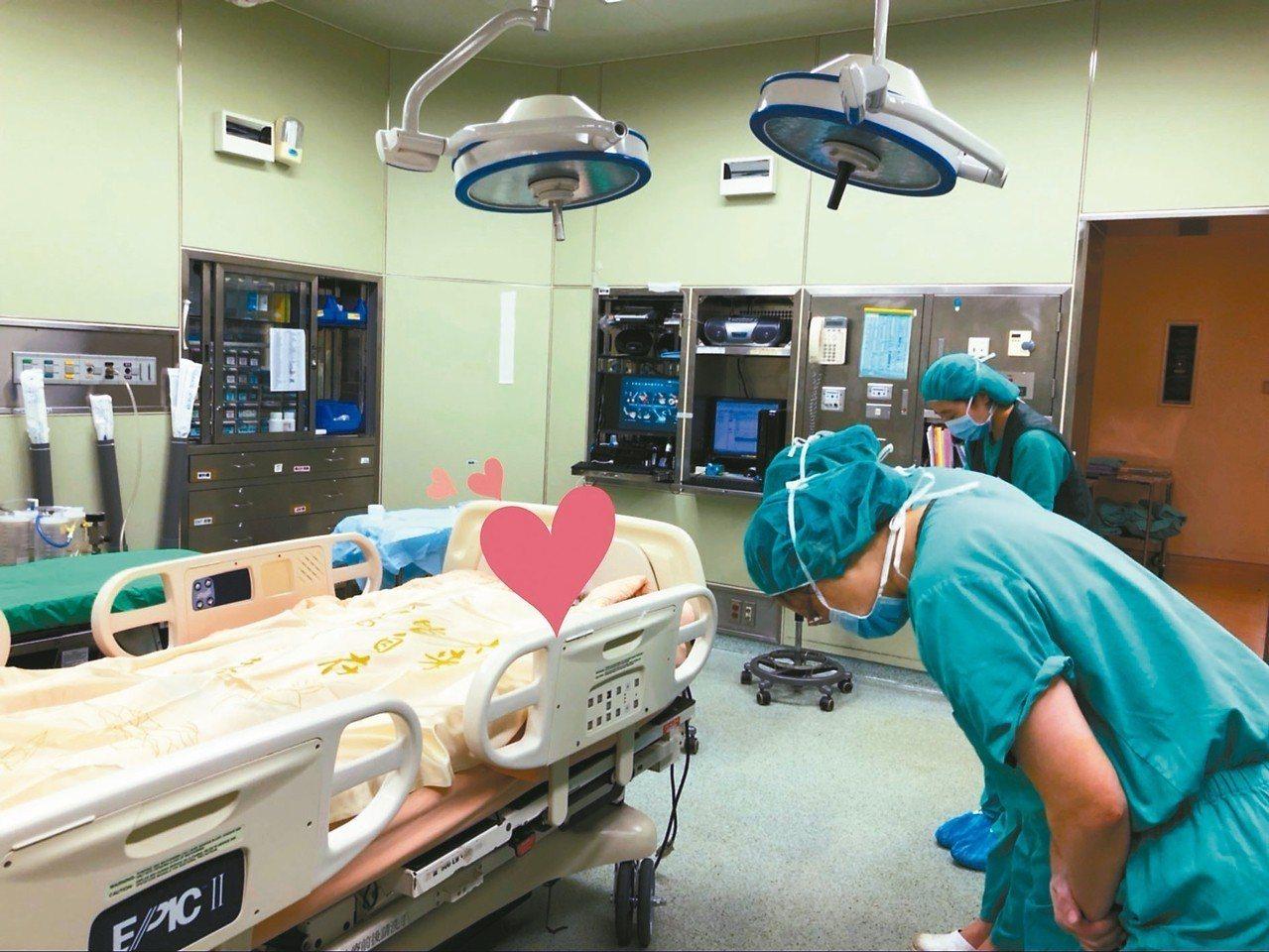 醫療團隊細細縫合了大愛器捐者的傷口,最終深深一鞠躬感謝大愛老師。 圖╱林資菁社工...
