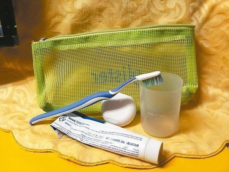 平時外出與友人餐敘或出遠門旅遊,一定隨身帶上潔牙小包,內有牙刷、牙膏、牙線和小漱...