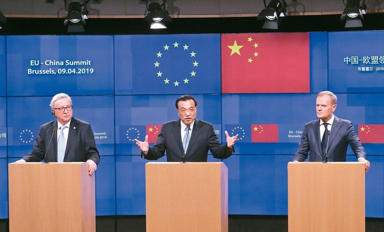圖為中國大陸總理李克強(中)、歐洲理事會主席圖斯克(右)、歐盟委員會主席容克(左...
