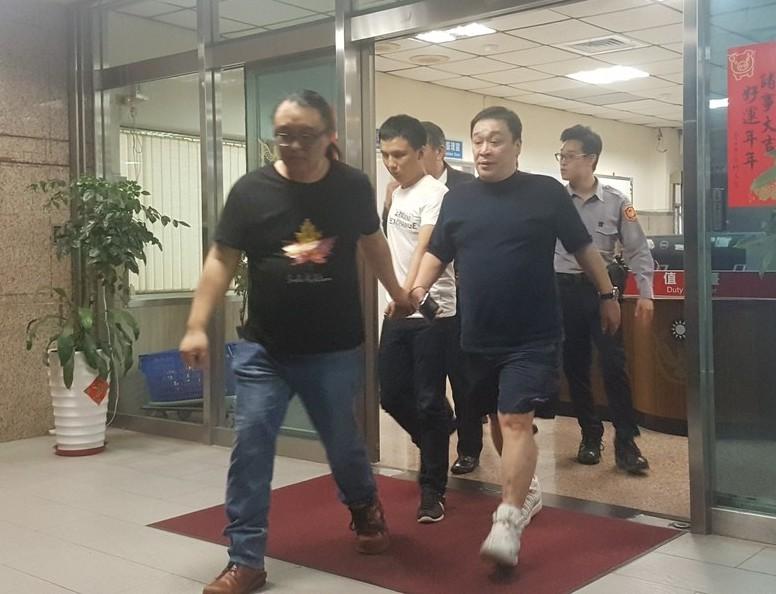 二手精品拍賣業者「阿邦師」李正邦,在台北市某五星級飯店遭人圍毆,警方獲報到場救出...