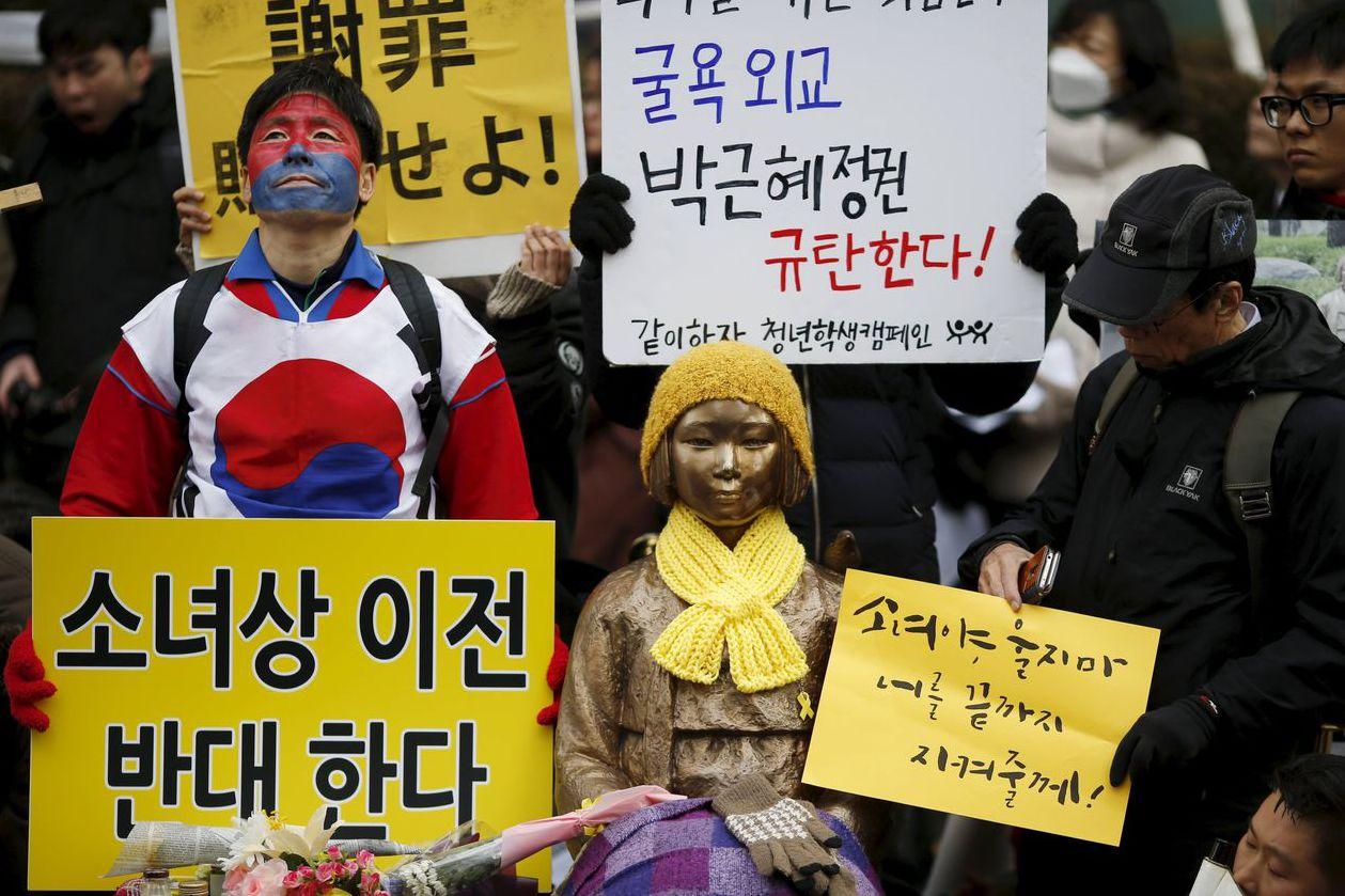 日本駐首爾大使館前有一慰安婦銅像,常見南韓民眾示威。 (路透)