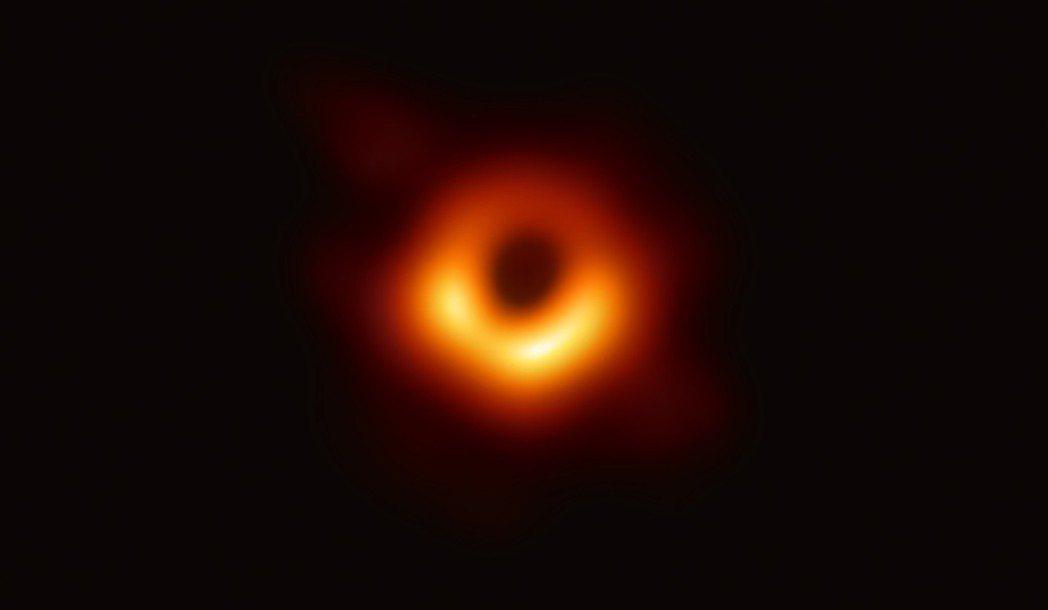 人類史上首張黑洞照片昨晚曝光,包含台灣在內六個國家同步直播。 圖/中研院提供