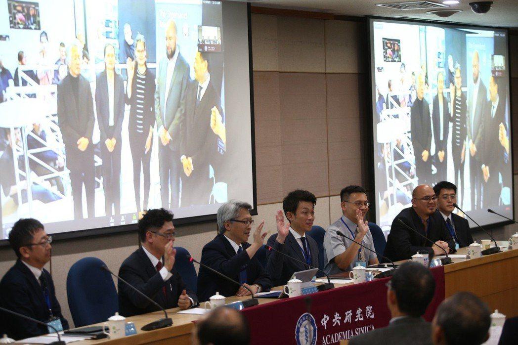 中研院天文所中村雅德博士(左起)、科技部次長謝達斌、中研院院長廖俊智、中研院天文...