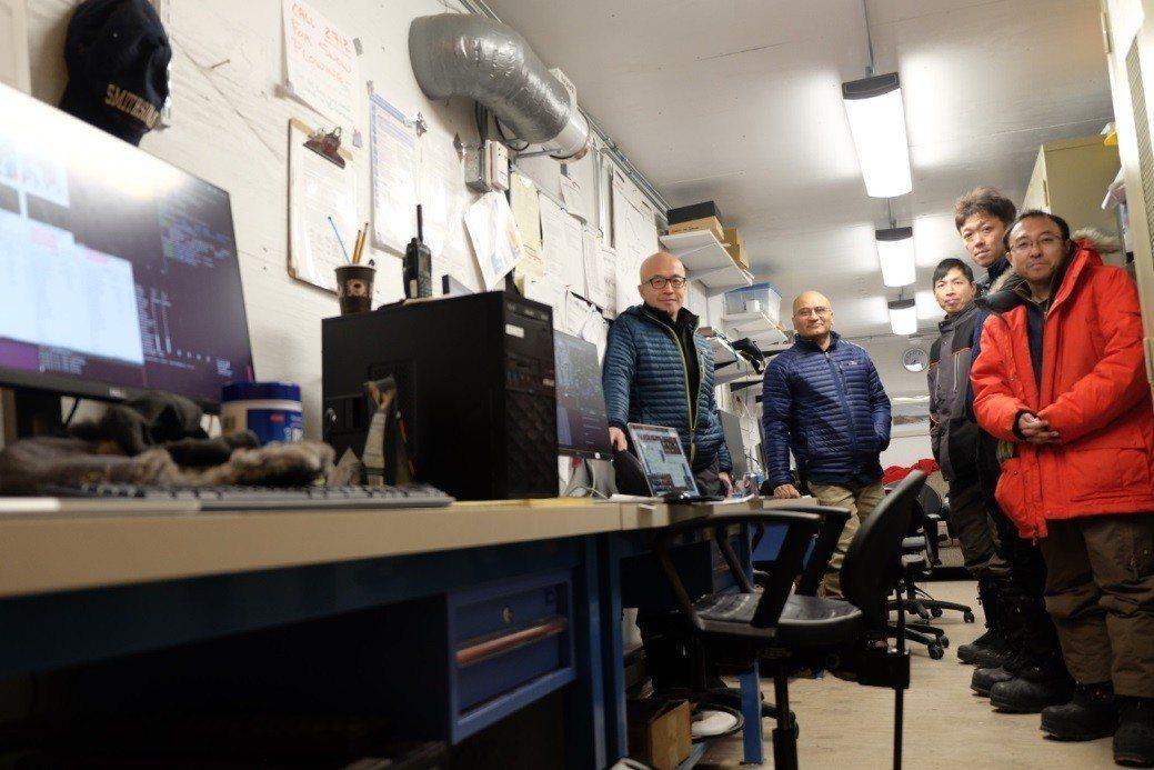 「事件視界望遠鏡」連線演習期間,工作團隊在格陵蘭空軍基地的格陵蘭望遠鏡控制室內合...