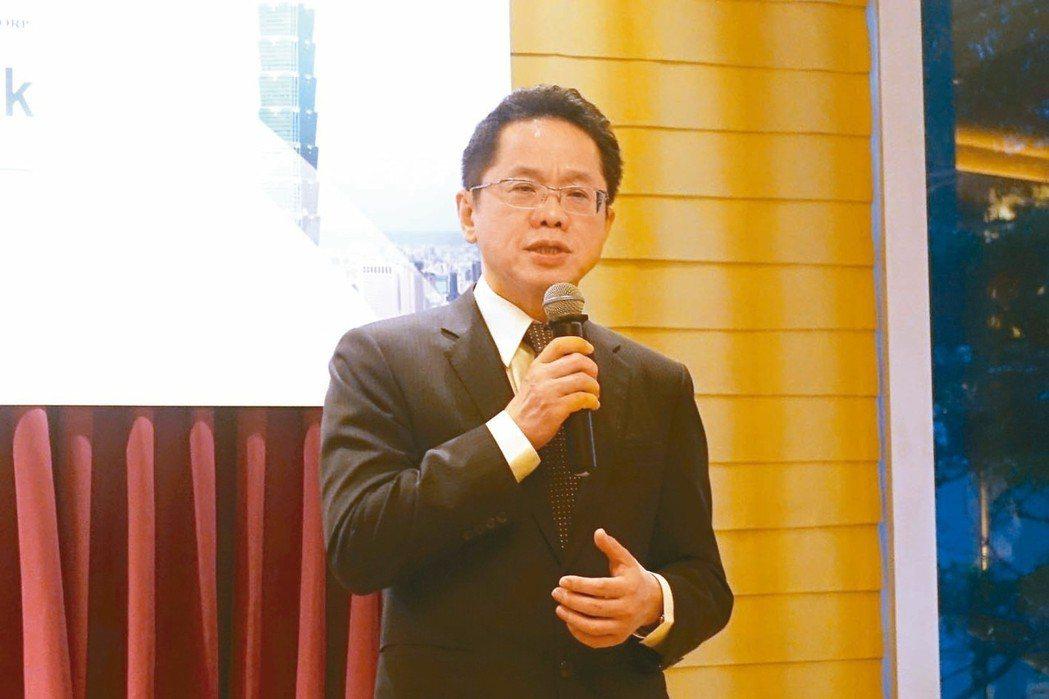 證交所總經理簡立忠向在場投資人介紹台灣資本市場優勢。 證交所/提供