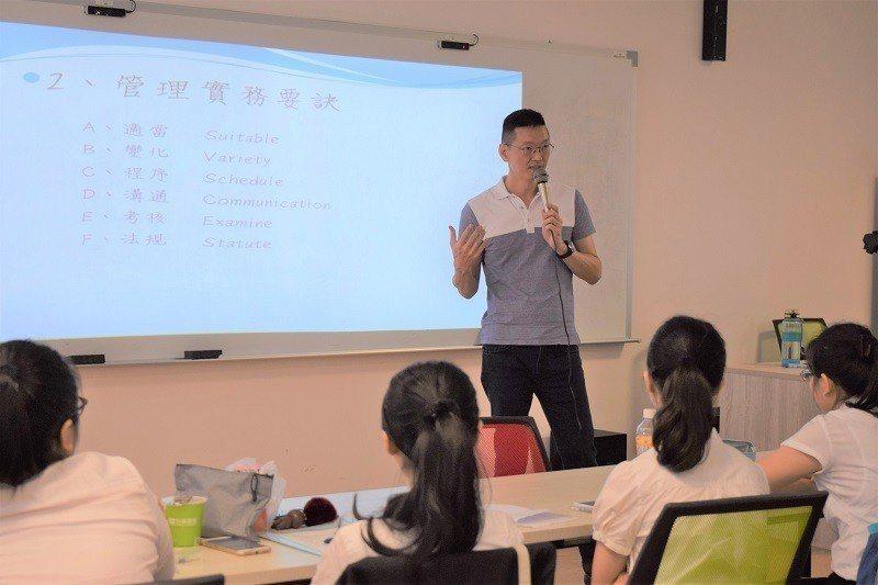 捷晟公司總經理蔡衣凡親自為參與計畫的學生傳授實務經驗。 嶺東科大/提供