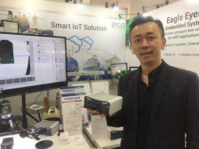長豐總經理林文彥手持Eagle Eyes嵌入式單機設備,能支援最新Intel第六...