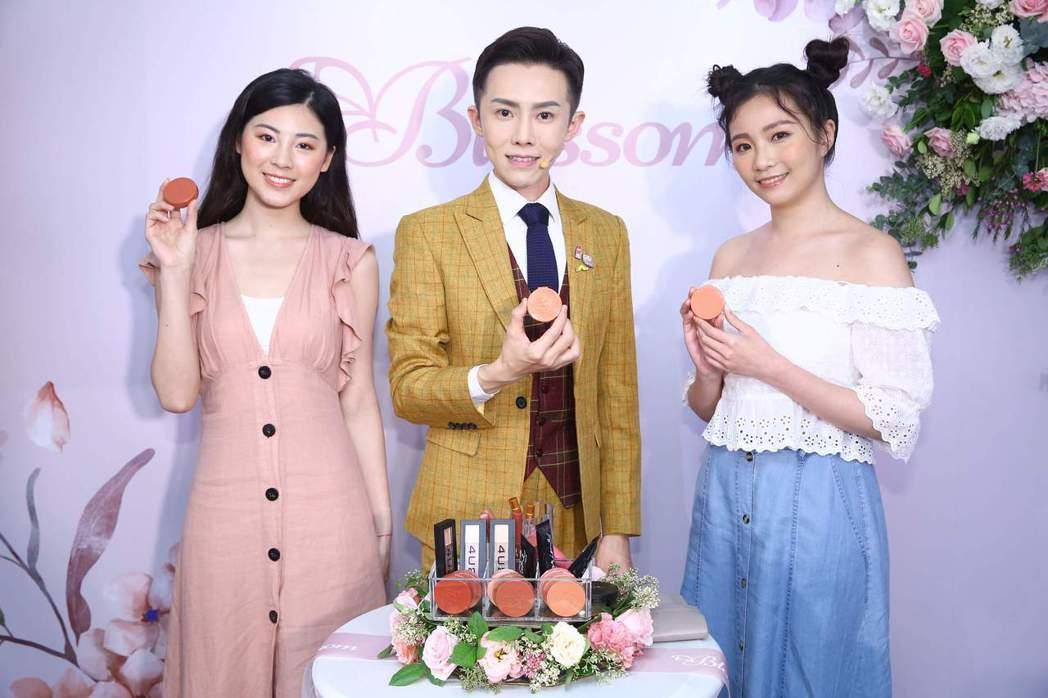 泰國彩妝品牌4U2登台,中間為美妝達人凱鈞老師。 業者/提供