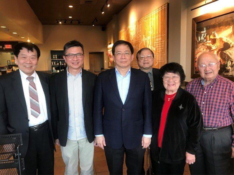 芝加哥台大校友會會長謝邦基(左一)與上百位校友,出席了歡迎管中閔(左三)的晚宴。...