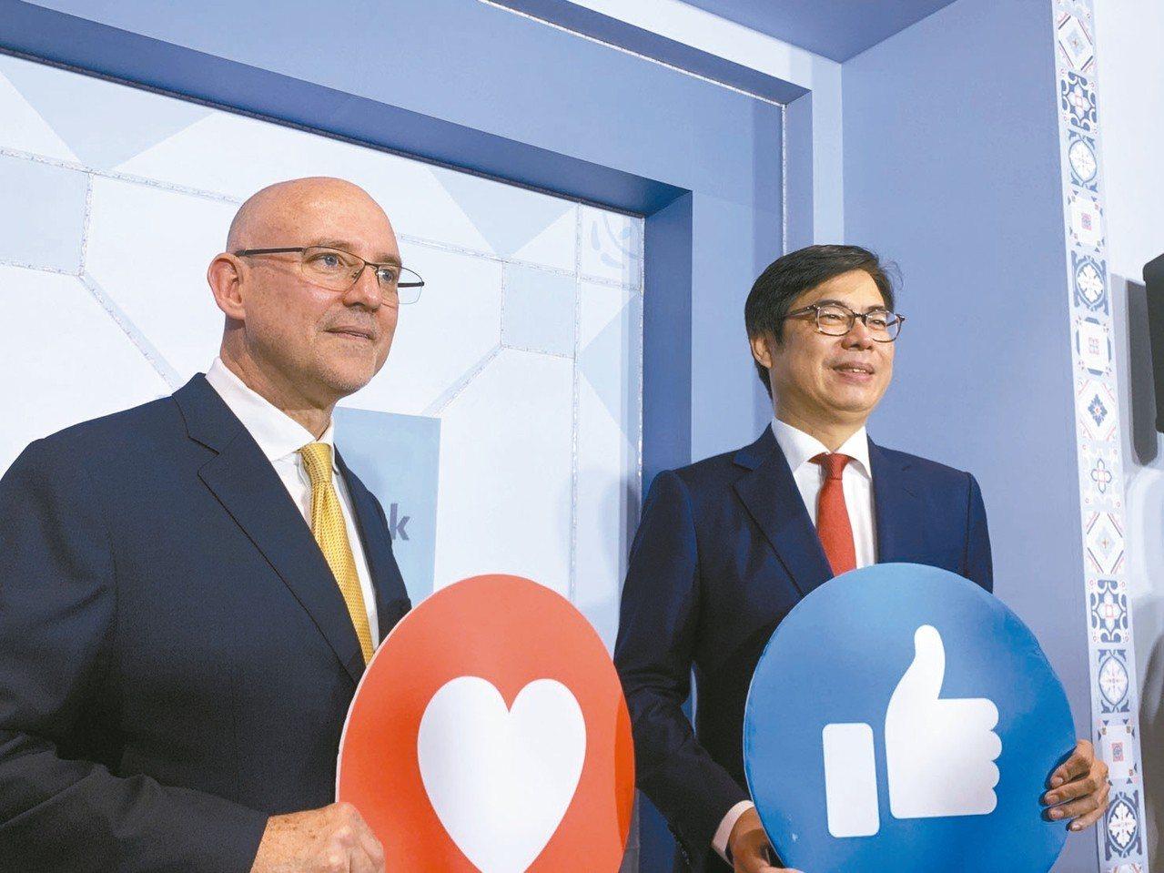 FB新辦公室今啟用,行政院副院長陳其邁(右)親臨參觀。左為臉書全球副總裁暨亞太區...