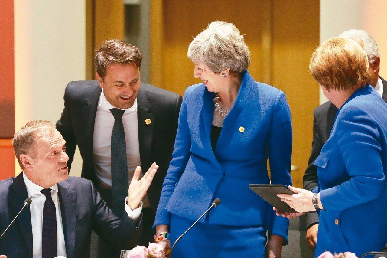 英國首相梅伊(中)與歐盟理事會主席圖斯克(左一)會面,討論將英國脫歐期限延至10...
