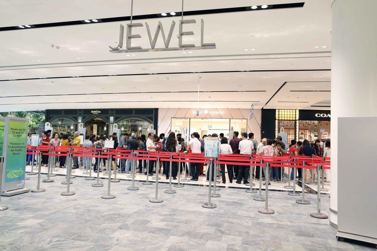 新加坡「星耀樟宜」11日試營運,大批民眾排隊參觀,體驗景觀、餐飲與購物融為一體的...