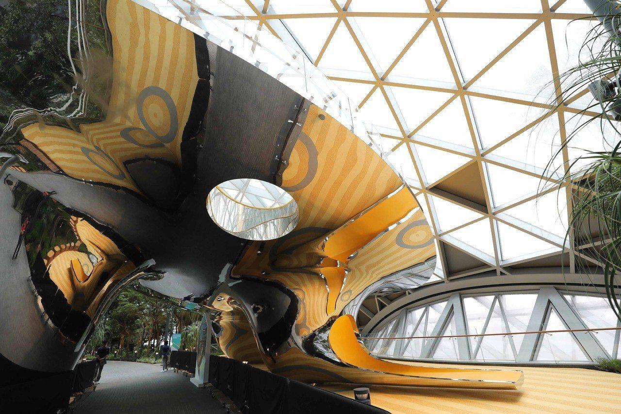 新加坡「星耀樟宜」17日開幕,「星空花園」裡的奇幻滑梯等遊樂設施,深受小朋友熱愛...