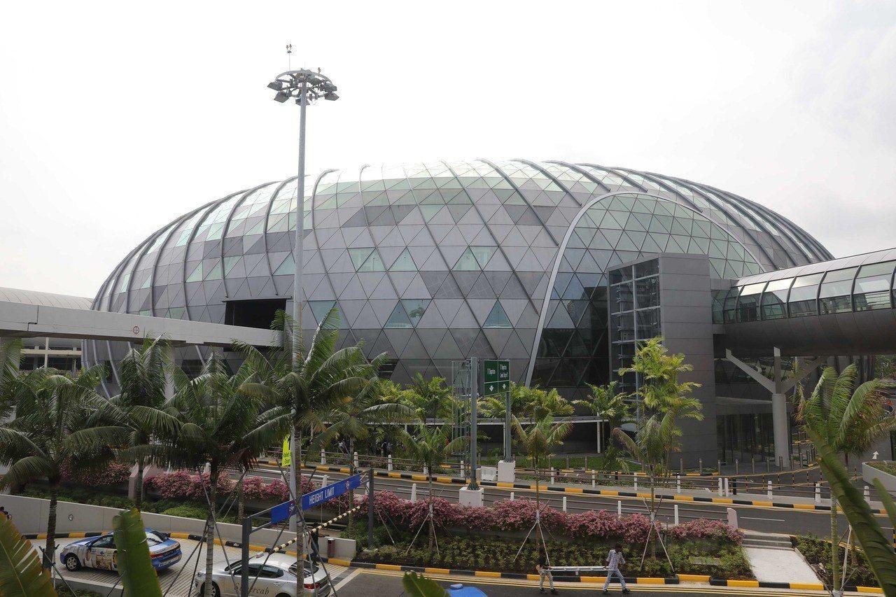 新加坡「星耀樟宜」17日開幕,這座外觀有如寶石的時尚新地標,將提供旅客景觀、餐飲...