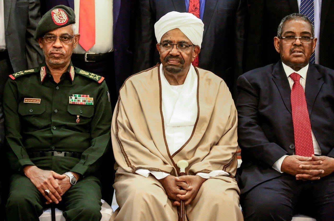 蘇丹總統巴席爾(中)被羈押在「安全處所」,軍方委員會將在2年過渡時期掌管國家。 ...