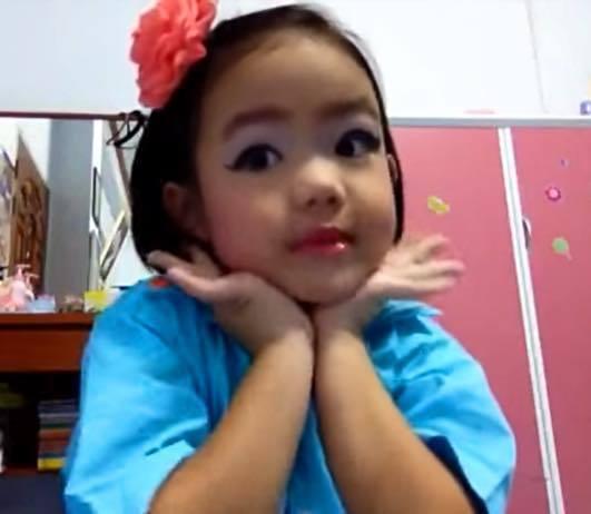 娜特楠因為喜歡化妝,5歲就開設YouTube頻道當起YouTuber,分享化妝經...