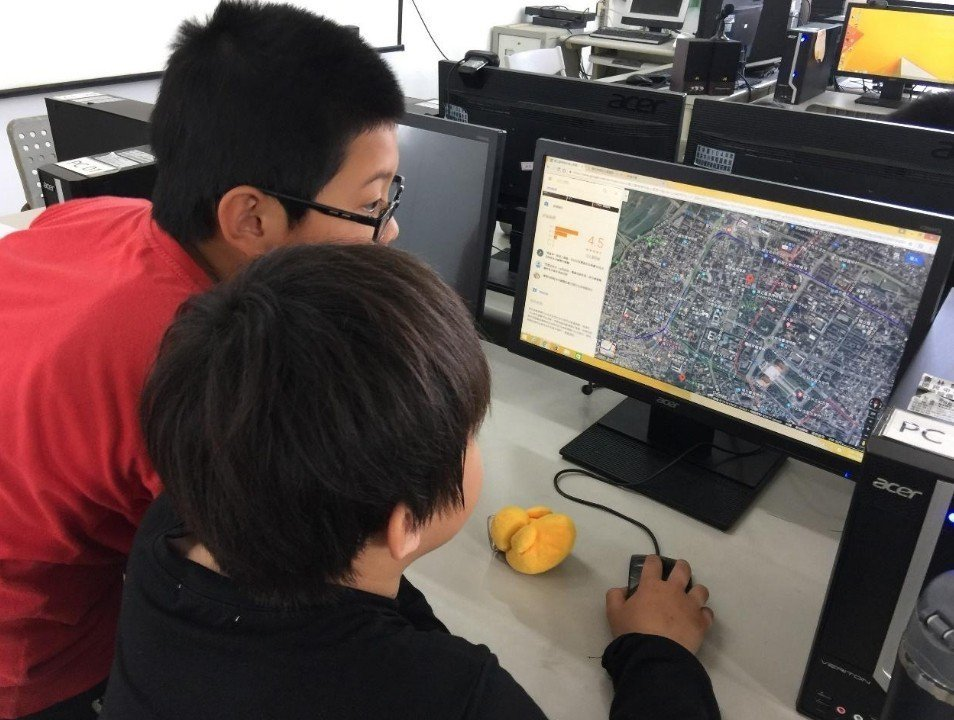 學生使用Google Map規劃景點之間的路線。圖/趙廷軒提供