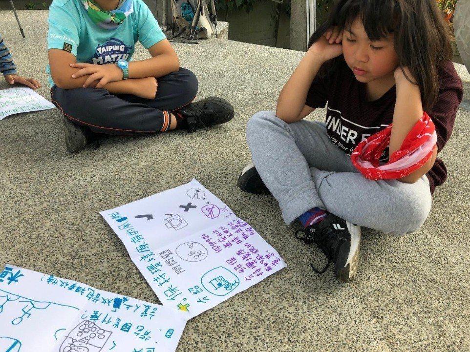 學生設計無痕山林分享會的課程內容。圖/趙廷軒提供