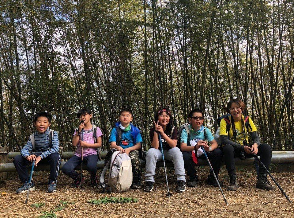 學生展現成長型思維,攀登雲嘉六連峰過程中不斷打氣。圖/趙廷軒提供