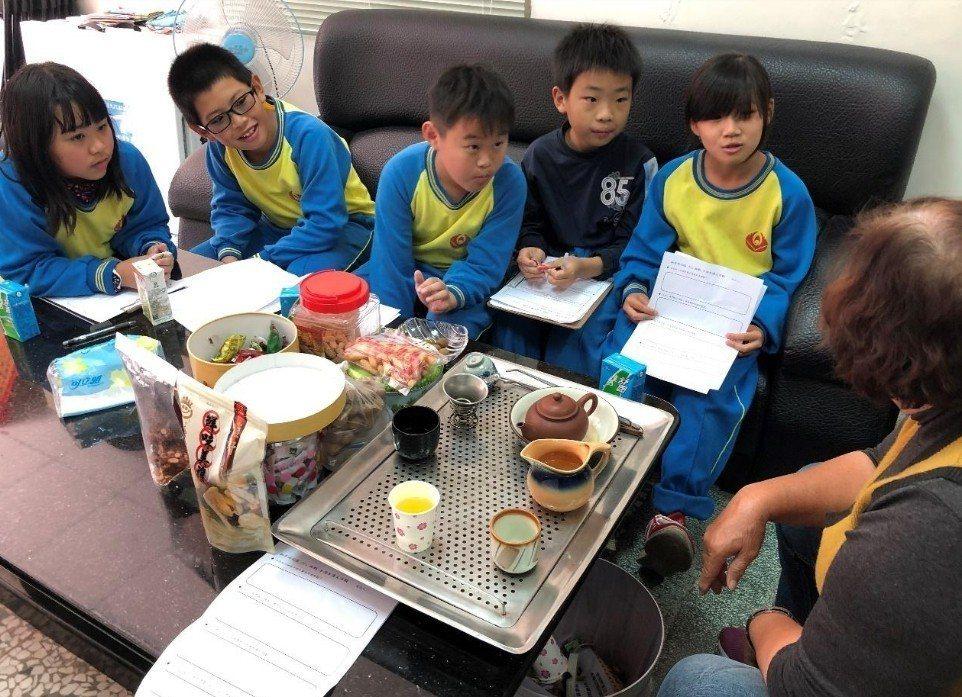 學生將訪問結果報告村長,也詢問村長的想法。圖/趙廷軒提供