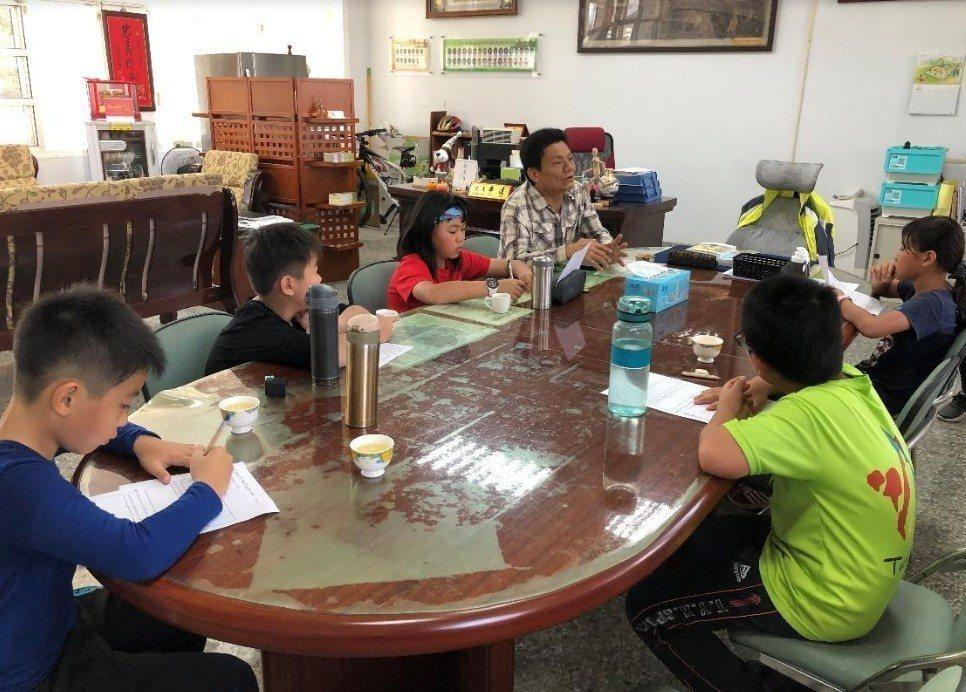 學生將計畫內容與鄉代表暨社區發展協會理事長報告,尋求支持。圖/趙廷軒提供