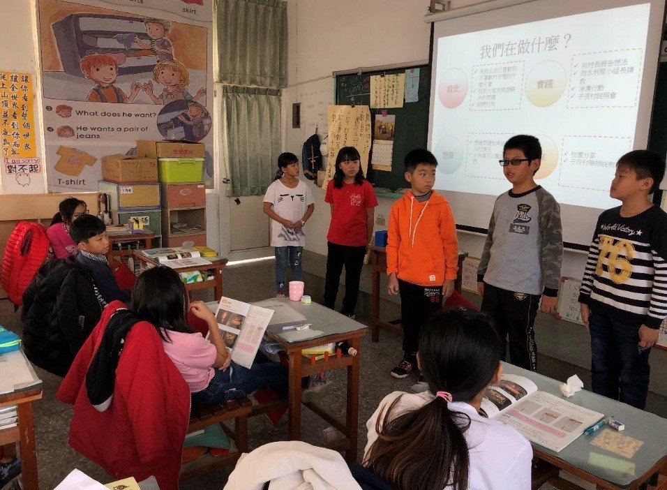 學生去其他班級宣傳淨溝行動,邀請大家參與。圖/趙廷軒提供