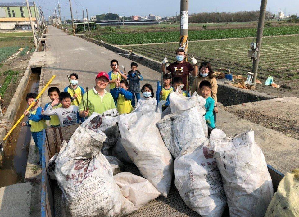 學生最後團結清出了滿滿一卡車的水溝垃圾。圖/趙廷軒提供