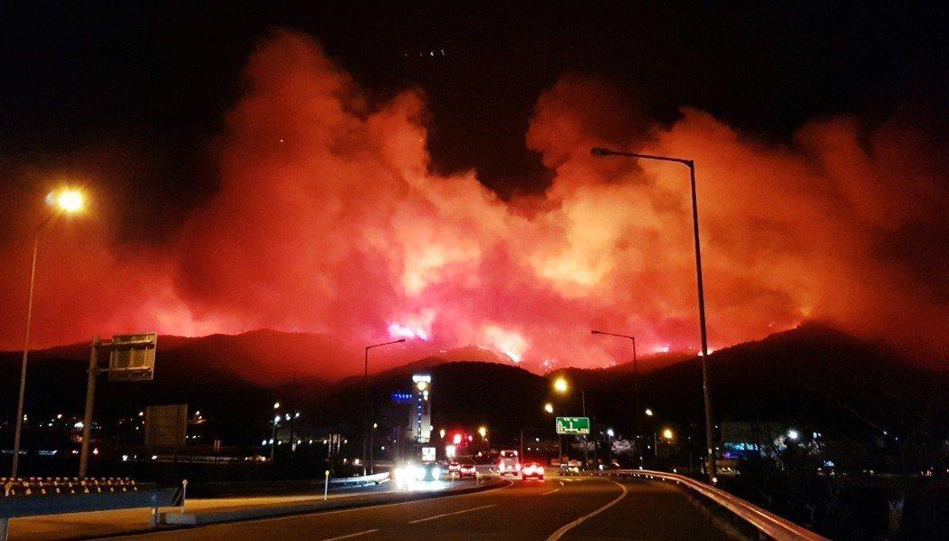乾燥的焚風推波助瀾,4月4日晚間東海岸的火勢一發不可收拾。夜晚的江原道多處山林,...
