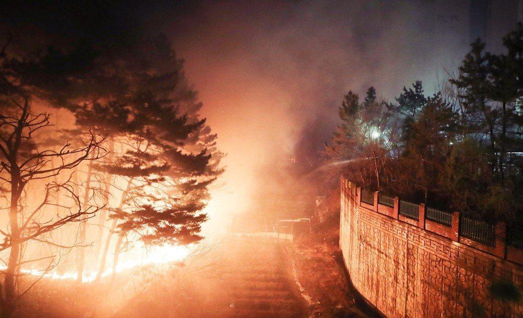 大火一路延燒到月5日一早,主要火源一直到中午過後,才陸續撲滅。圖為束草市的山火。...