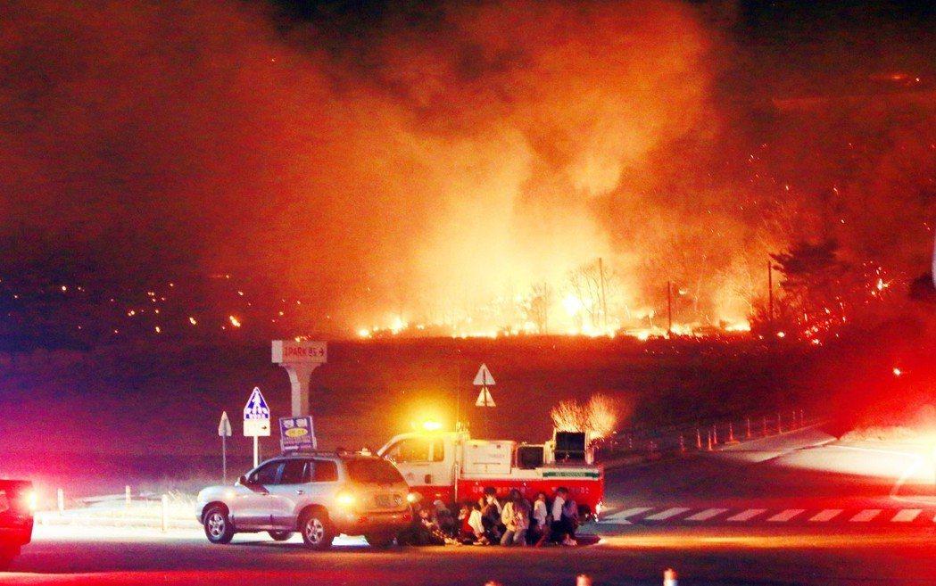 部分高速公路區間甚至因為惡火失控,一度在5日凌晨進入緊急交通管制。圖為高城郡山火...