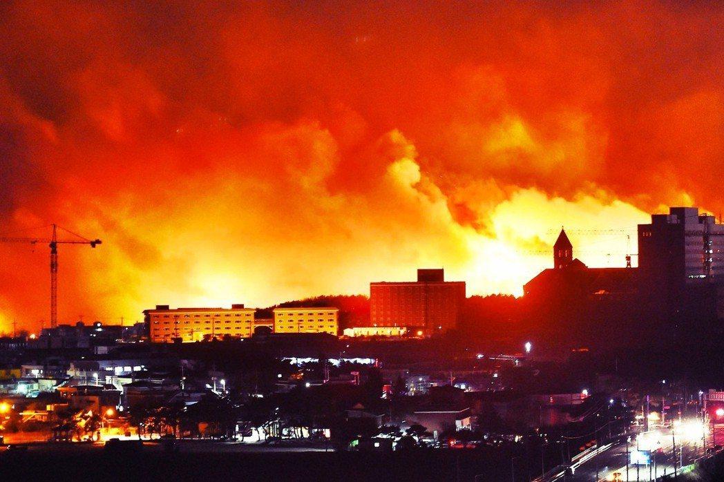 「江原道大火」共造成1人死亡、34人輕重傷,還有487棟房屋被燒毀,總燃燒面積更...