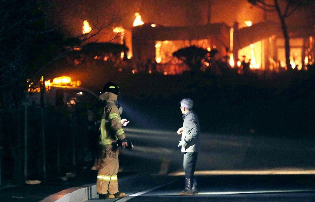 消防當局雖動用了最大規模的人力與資源滅火,卻出現起火處撲滅不久後,因焚風風速過大...