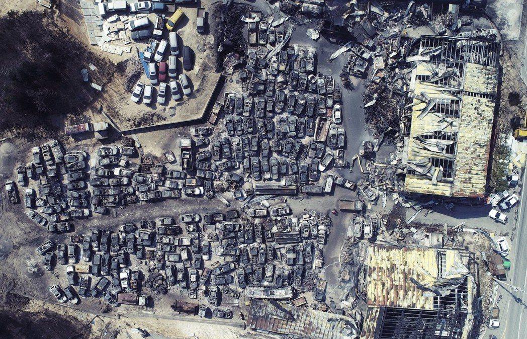 相當於2,400座足球場的土地,都被燒成焦土灰燼。 圖/歐新社