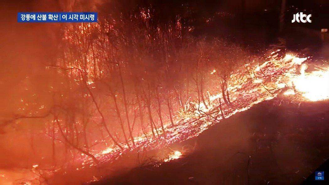 JTBC兩度連線現場記者,畫面中還可見記者背後不斷奔竄的火苗,報導總共3則,時長...