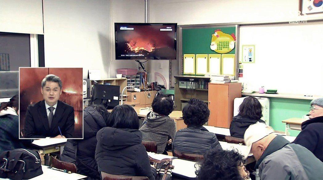 直播中的直播:圖為SBS直播高城災民觀看KBS直播災情的畫面。 圖/SBS