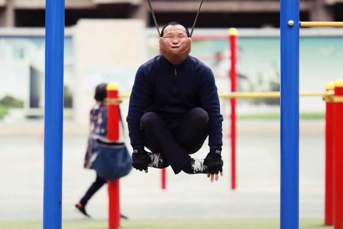 57歲的瀋陽大叔孫榮春,本來患有長期的頸椎毛病,走了幾趟醫院後,從頸椎牽引的物理...