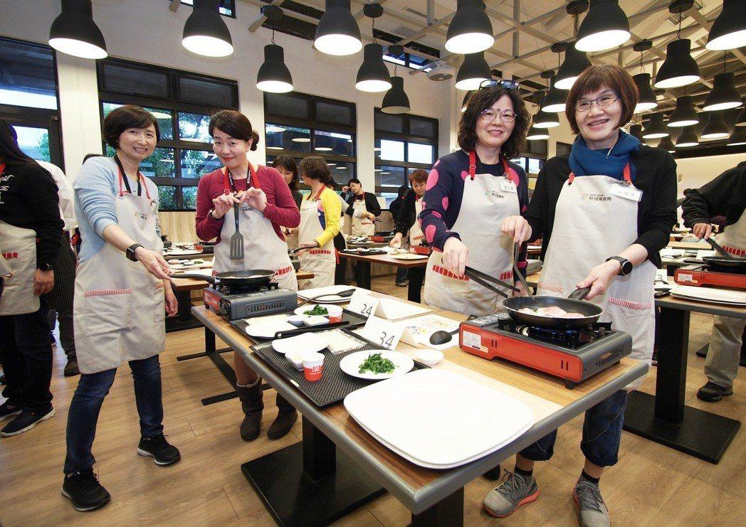 桂冠窩廚房推出的營養健康餐飲,讓熟齡族群親自料理。
