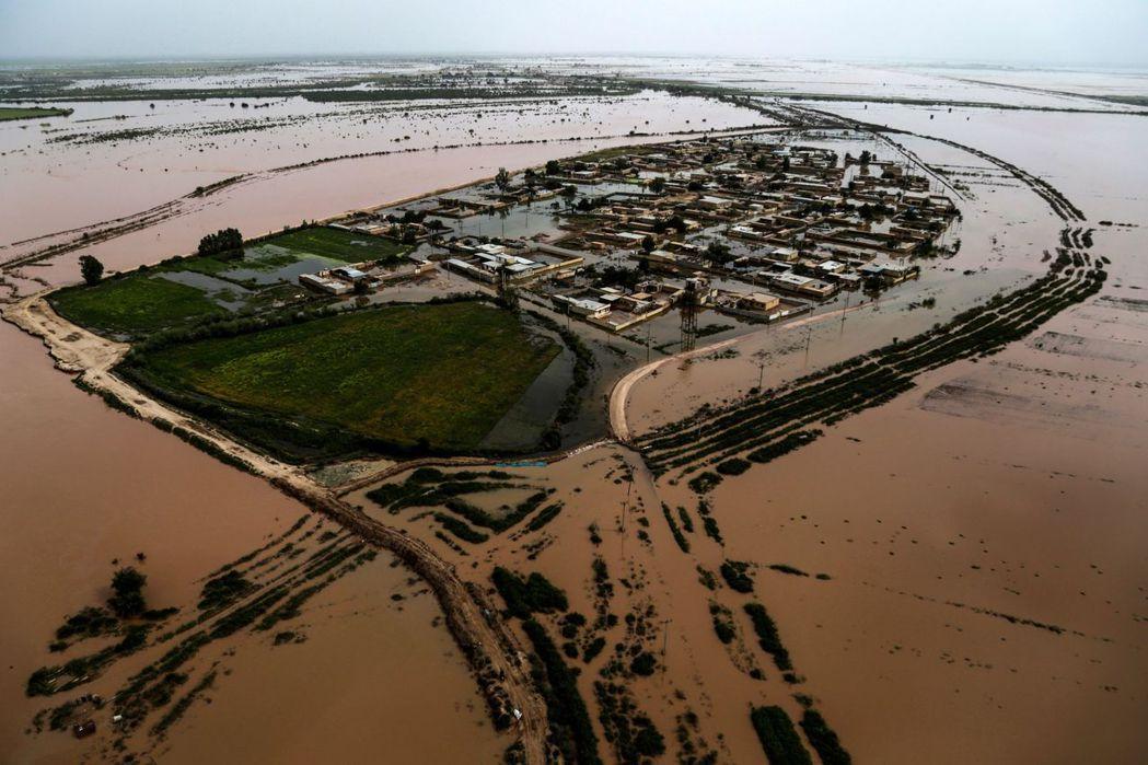 截至目前為止,至少已有77人死亡、數十萬人疏散撤離,許多城鎮更處於癱瘓失聯的狀態...