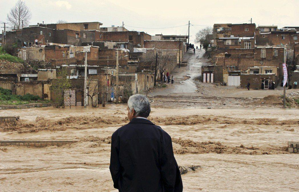 伊朗的慘烈洪災,都是美帝的錯?圖為洪災後的洛雷斯坦省(Lorestan)居民。 ...