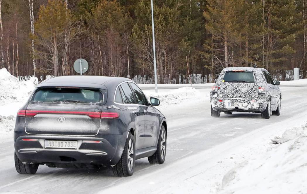 開在Mercedes-Benz EQC前的偽裝測試車,據外媒推論是款以GLB為打...