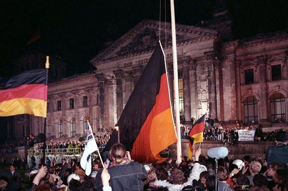 1990年,德國人在國會大廈前慶祝統一。 圖/維基共享