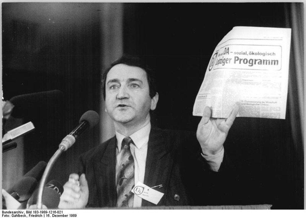 沃爾夫岡·施努爾(Wolfgang Schnur)曾為東德著名律師,但同時也是一名線民。 圖/維基共享