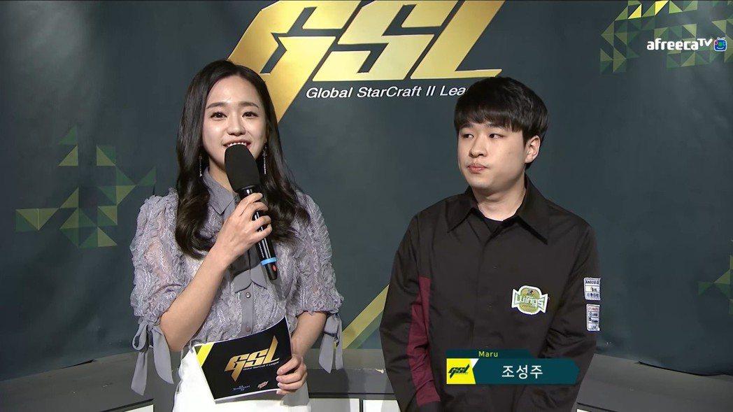 (左起)主持人Gyuri、Maru 圖/AfreecaTV 實況畫面